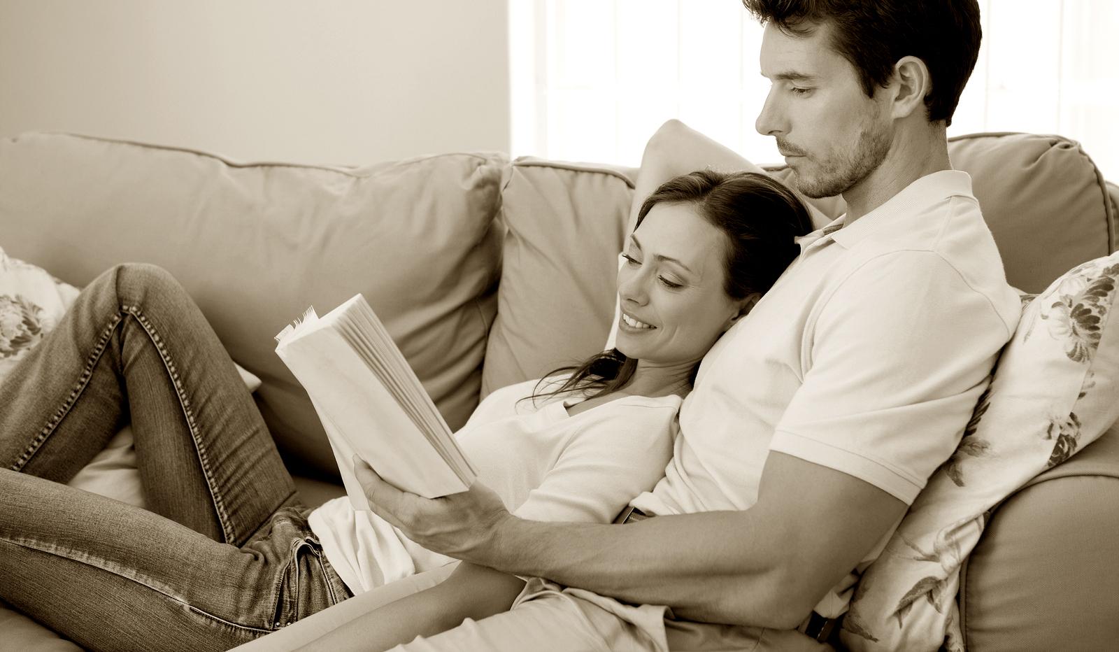 billede af par der læser en bog