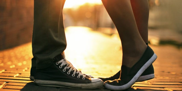 Et billede af et par der kysser